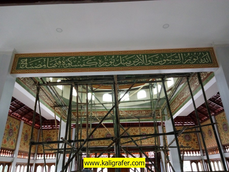 proses pengerjaan kaligrafi kubah masjid (4)