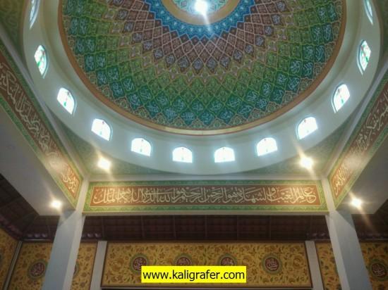 Kaligrafi masjid motif arab dan batik