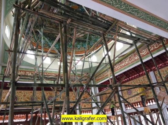 Proses pengerjaan kaligrafi masjid dan kubah