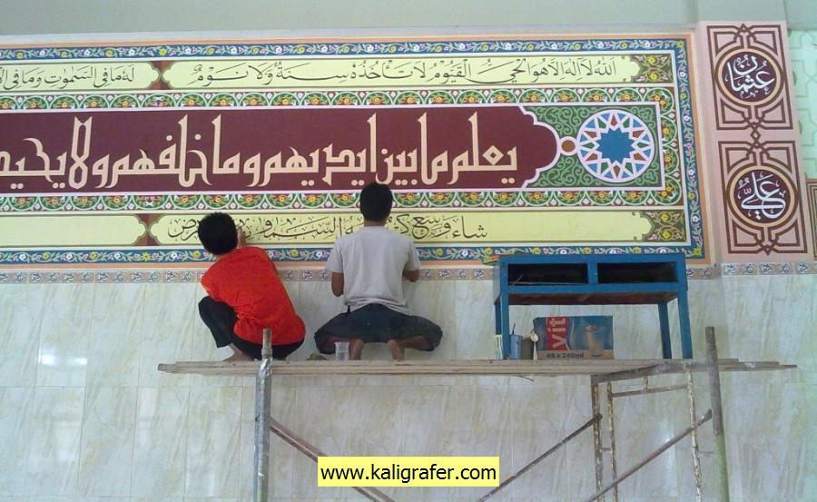 pembuatan kaligrafi khat kufi dan tsulus di masjid Fadhlur Rahman, Kompleks perumahan Kesatrian Pengawal Protokoler POLRI di Ciracas