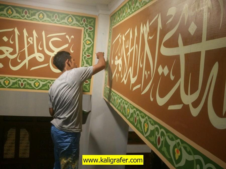 kaligrafi khat tsulus dan ornamen arab menghiasi mezzanin/ sabuk kubah masjid Ar-Rahman Cienggang Sukabumi