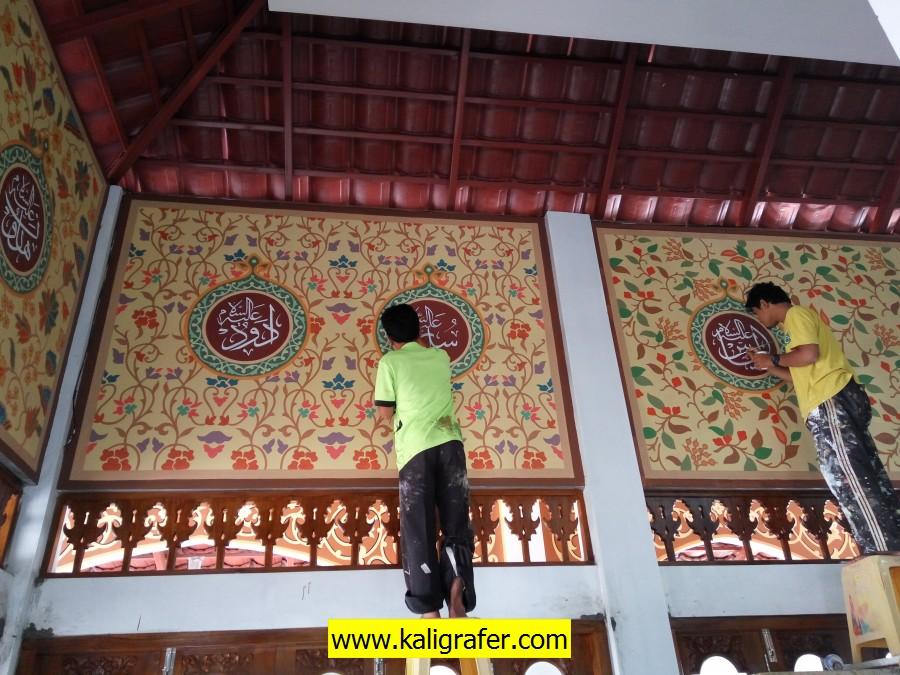 kaligrafi arab dinding masjid berupa ornamen batik di masjid Ar-Rahman