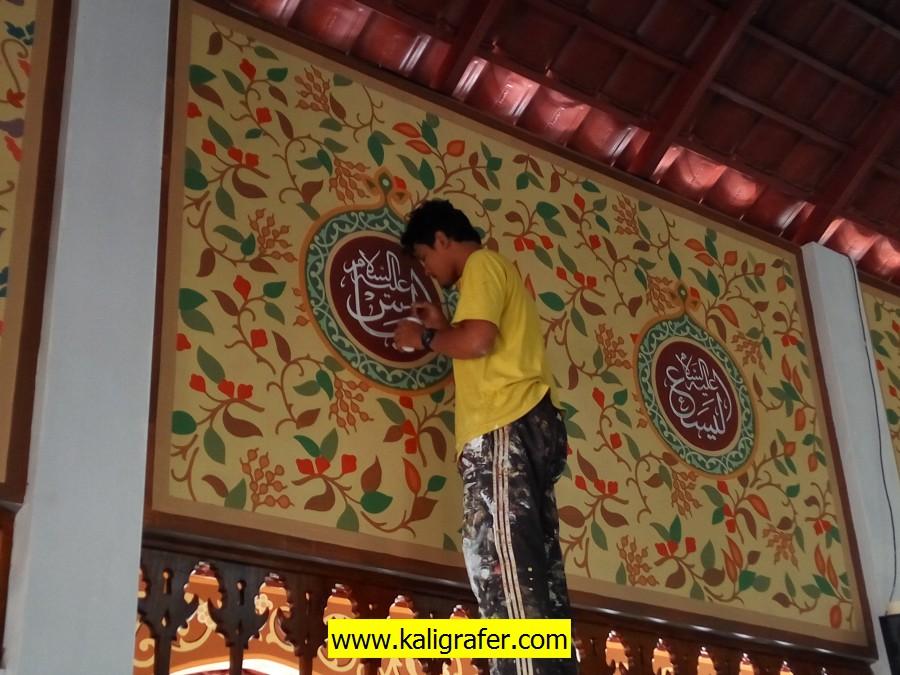 Proses pengerjaan ornamen batik pada dinding