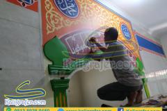 Ahli-kaligrafi-mihrab-masjid