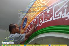 Proses-penulisan-kaligrafi-pada-mihrab-masjid