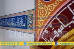 Detail-ornamen-kaligrafi-pada-mihrab-dan-dinding-masjid
