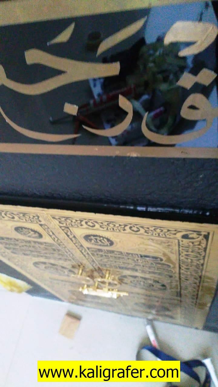 kaligrafi-miniatur-kabah-unk-manasik-haji-bahan-kuningan-dan-acrilyc-4