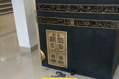 kaligrafi-miniatur-pintu-kabah-unk-manasik-haji-bahan-kuningan-dan-acrilyc-2